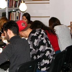 Osoby na zajęciach z kaligrafii