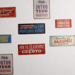 Ściana ozdobiona tabliczkami motywacyjnymi